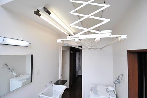 スイッチを押すと物干し竿が天井からゆっくり降りてきます。(id:1085... KITCHEN